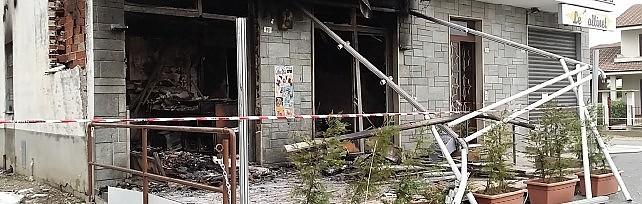 Spaventosa esplosione nella notte /    FOTO    completamente distrutto bar di Rivalta