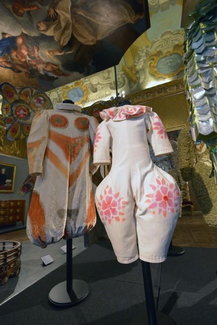 Dalle piume di Mina al decolleté di Belen, i vestiti che hanno fatto storia in tv