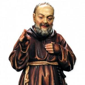 Con una statua di Padre Pio aggredisce i poliziotti