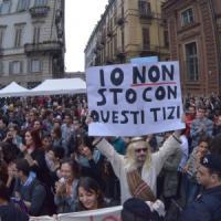 """""""Siete omofobi"""": attacco alle sentinelle che manifestano in piazza Carignano"""