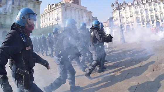 """Torino, diecimila in corteo con la Fiom. Blitz di studenti, tafferugli. E Landini attacca: """"Eccesso di reazione voluto dal governo?"""""""