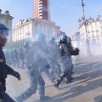 Torino, diecimila in corteo con la Fiom. Blitz di studenti, tafferugli. E Landini...