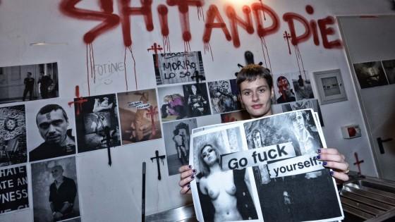"""La provocazione di Viale: """"Ritirate il patrocinio a 'Shit and Die' di Cattelan"""""""