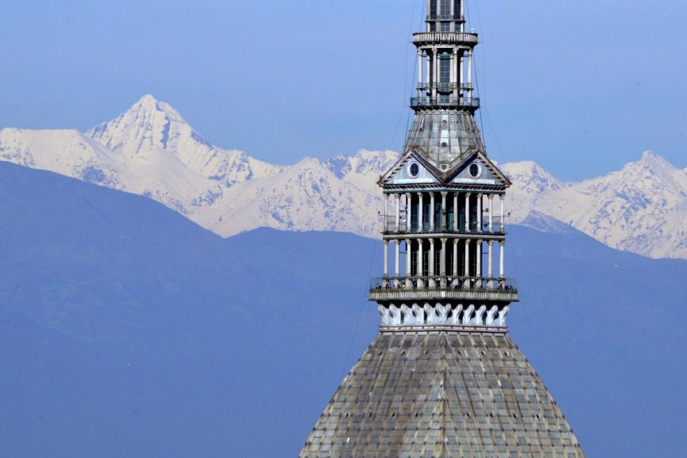 La pioggia spazza via lo smog, ecco lo show delle Alpi intorno a Torino
