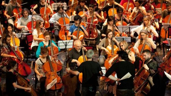 """""""Il suono dei muri che cadono"""": cento violoncelli ricordano Berlino"""