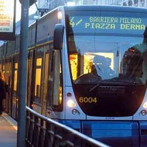 La porta del tram non funziona, pugno in faccia al conducente