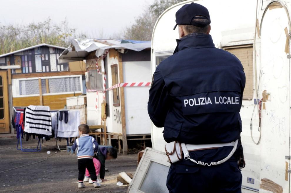 Nomadi, blitz di vigili e carabinieri in corso Tazzoli: via quattro baracche
