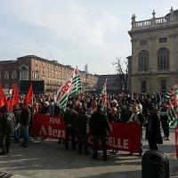 """Alenia, mille lavoratori davanti alla Regione: """"L'aeronautica torinese"""