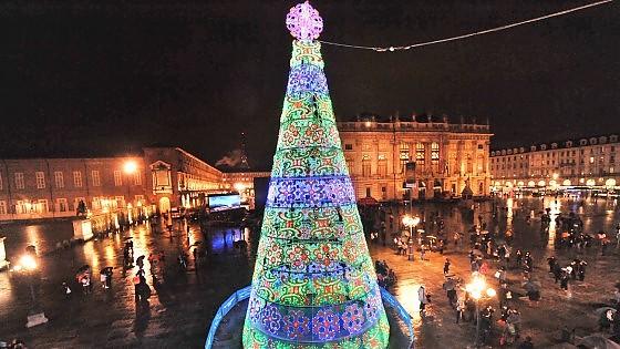 Albero Di Natale A Torino.Acceso Il Nuovo Albero Di Natale Piazza Castello Si Illumina Di Colori La Repubblica