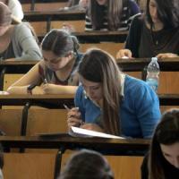 La crisi colpisce anche i laureati: meno occupati, più precari