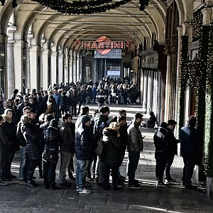 Assalto al centro per i saldi, tutti in coda a Torino. La ...