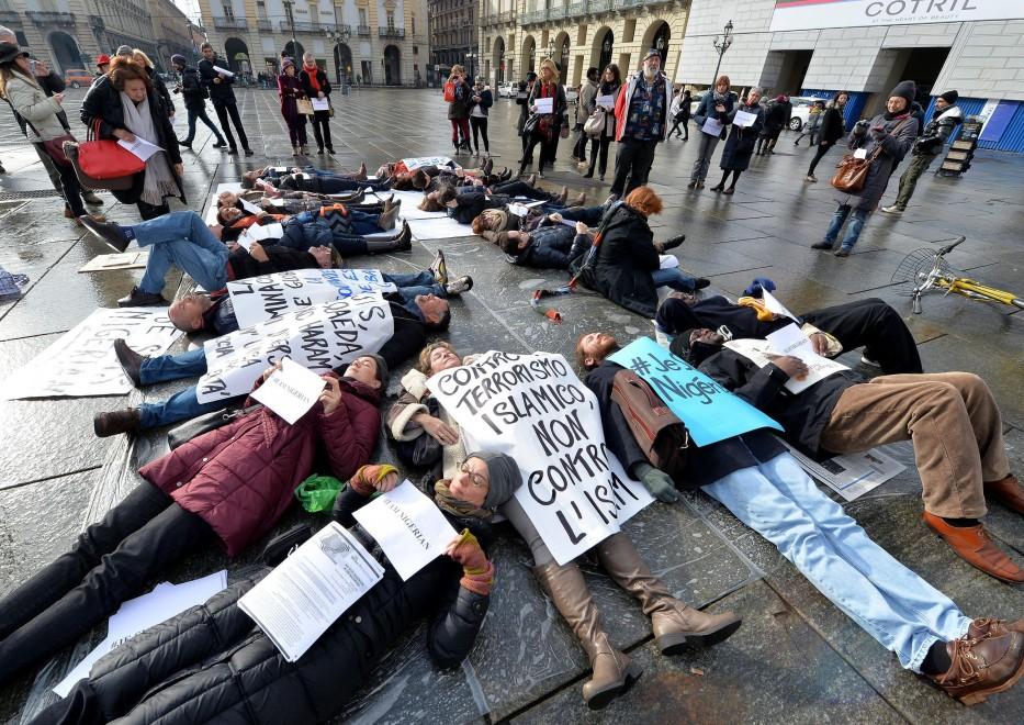 Ill flash-mob in piazza Castello per chiedere l'intervento della comunità internazionale in Nigeria per fermare il massacro di civili