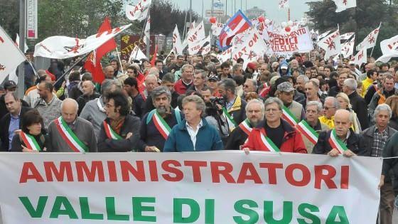 Ventuno consigli comunali in piazza a Torino per votare no al Tav