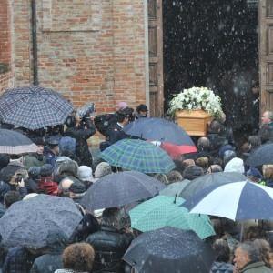 Folla ai funerali di Elena Ceste: sui manifesti funebri anche il lutto del marito arrestato