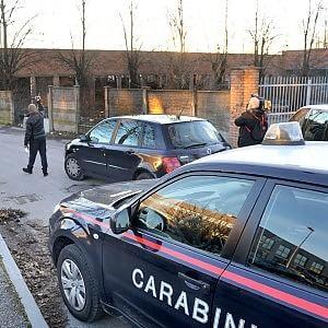Uccide la moglie a bastonate davanti al figlio di 10 anni, poi fugge in autobus: caccia all'uomo a Torino