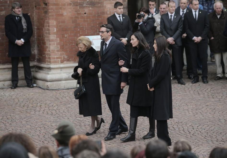 Funerali Ferrero, in migliaia all'ultimo saluto