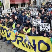"""Uber, alta tensione a Torino: tre tassisti denunciati per """"agguato"""" a un autista"""