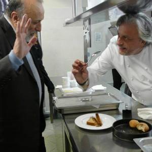"""Lo chef Scabin indossa il camice: """"La prevenzione inizia in cucina"""""""