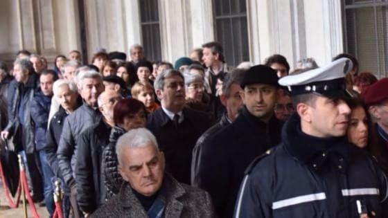 Un violino per Orazio, fiori per Antonella, Torino piange i due concittadini uccisi a Tunisi