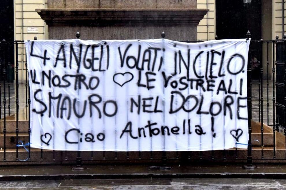 Torino, una grande folla commossa ai funerali delle vittime di Tunisi