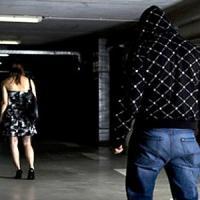 Torino, due pistole cariche e 400 sms al giorno alla vittima: ma lo stalker torna subito...