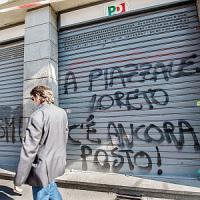 """Torino, i fantocci di Renzi, Salvini e Fassino appesi a testa in giù: """"A piazzale Loreto..."""