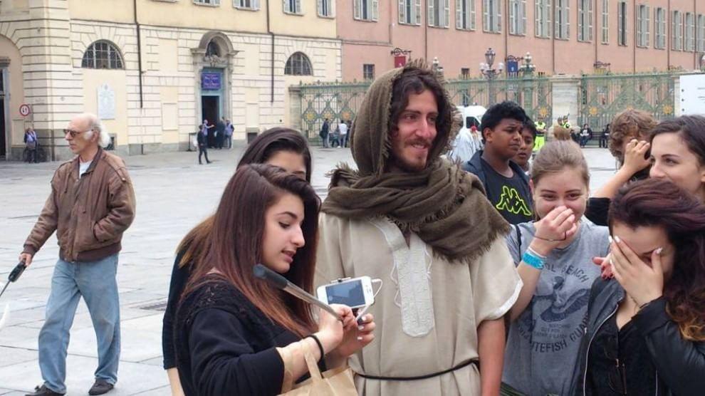 Torino, giovane disoccupato si veste come Gesù. E finisce in questura