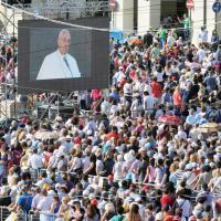 Il papa a Torino, Piazza Vittorio stipata dai fedeli aspettando la messa