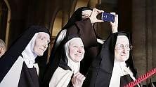 L'estasi delle suore al passaggio di Papa Francesco in Duomo