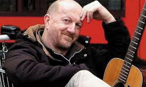 """Canzoni che """"esaltano"""" la violenza sulle donne alla festa di San Giovanni, polemica sul cantautore Carena"""