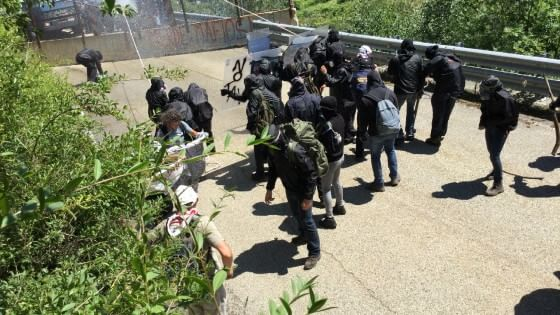 Scontri in Val Susa, una cinquantina di No Tav cerca di forzare il blocco della polizia