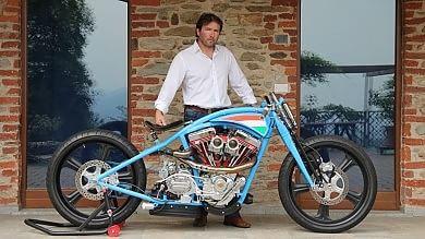 Sindaco vende una moto di sua produzione per asfaltare la strada comunale