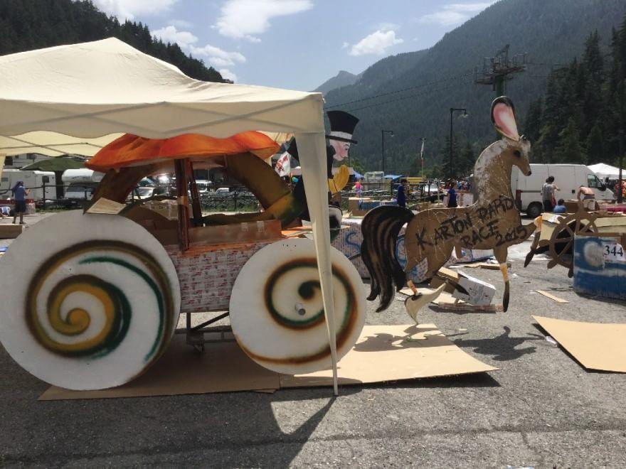 Val di Susa, la pazza sfida alle rapide sulle barche di cartone