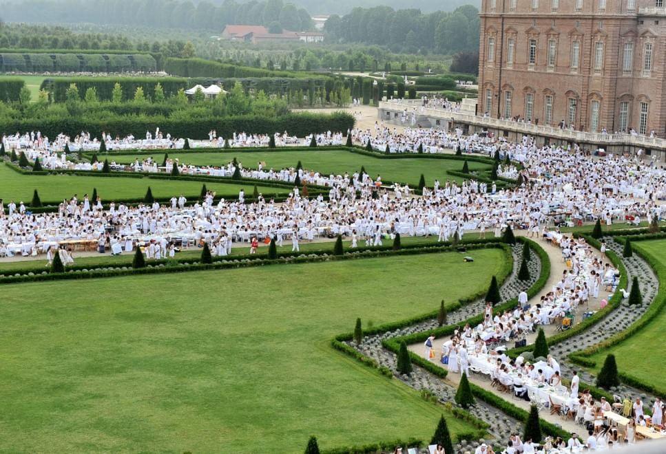 """""""Cena in bianco"""" a Venaria, in ventimila alla maxitavolata nella Versailles torinese"""