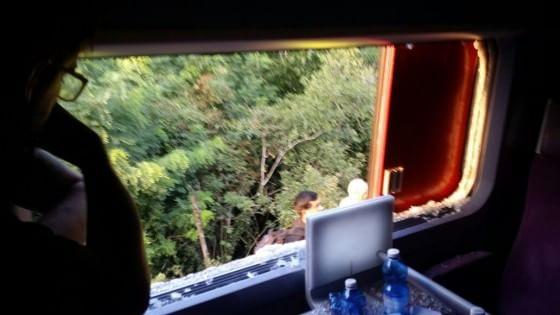 Tgv bloccato in Valsusa, trecento passeggeri a bordo, finestrini rotti per respirare