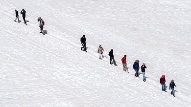 Sul ghiacciaio del Bianco turisti a spasso  in bermuda e infradito, è allarme/  Foto