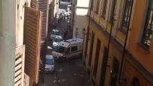 Ambulanza bloccata da auto in sosta selvaggia