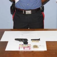 Armato tra la folla, punta la pistola contro i carabinieri: inseguito e