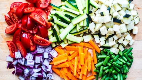 Un arcobaleno di frutta e verdura sulla tavola di - Un ampolla sulla tavola ...