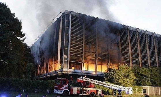 Torino brucia il palazzo del lavoro fiamme nell 39 edificio costruito per i cent 39 anni dall 39 unit - Lavoro architetto torino ...