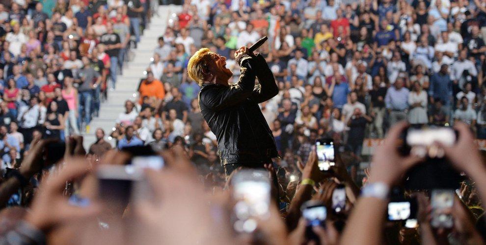 Gli U2 rapiscono il pubblico con il punk rock degli inizi
