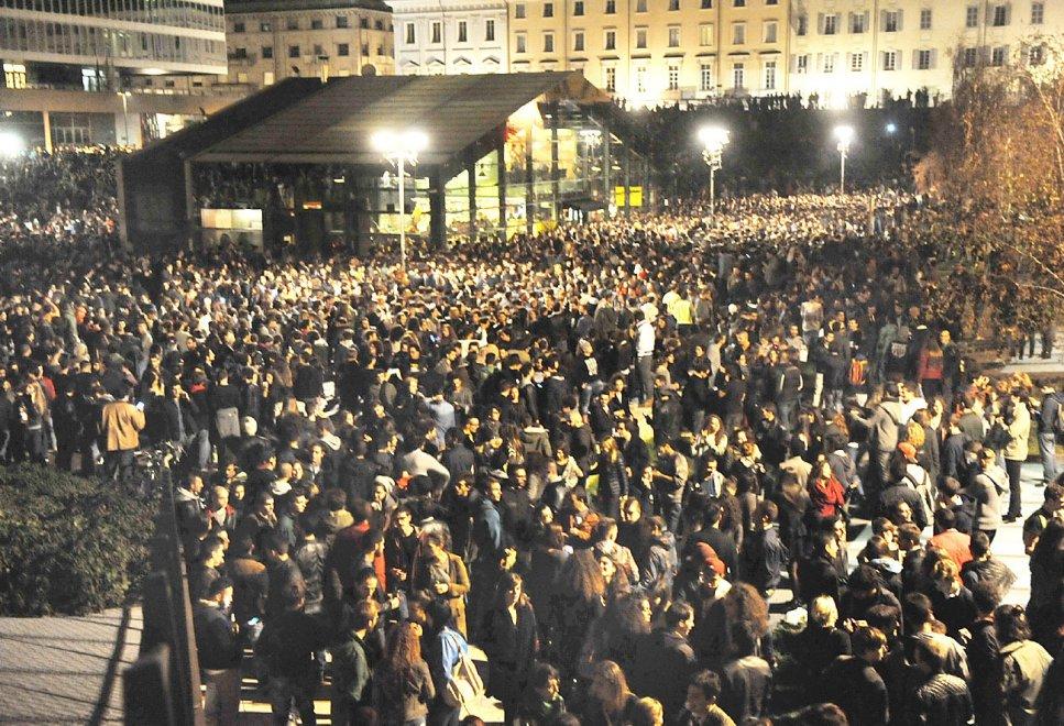 Botellon, migliaia di giovani in centro alla festa alcolica degli universitari