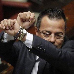 """Il """"bonus pistola"""" del sindaco leghista Buonanno: 250 euro dal Comune per comprarsi un'arma"""