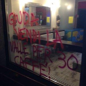 """No Tav, danni a un bar e scritte sotto casa di un operaio: """"Devastate la valle"""""""