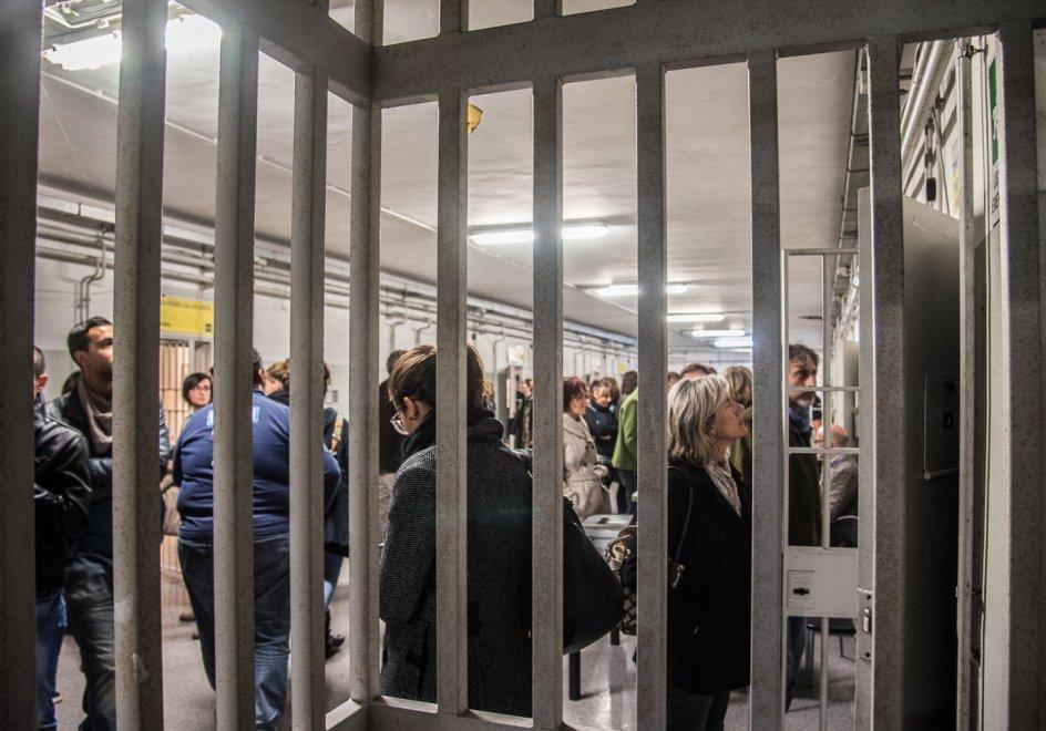 L'arte di The Others: tutti in coda per andare in carcere