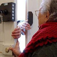 Falsa polizza assicurativa, l'ultimo trucco per le truffe agli anziani: