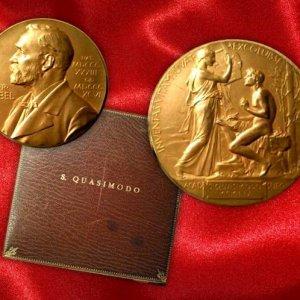"""La soprintendenza """"blinda"""" la medaglia del Nobel di Quasimodo: non si potrà vendere all'estero"""