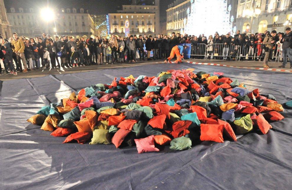 Guerra Cuscini.Torino Tutti Pazzi Per La Battaglia Dei Cuscini In Piazza
