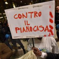 Striscioni, musica e passeggini: il sit-in davanti al Regio di Torino