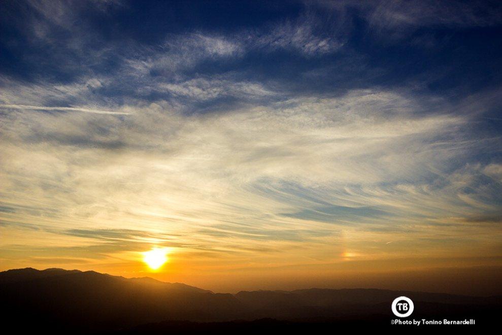 Magia tramonto, il sole doppio fotografato a nord e a sud